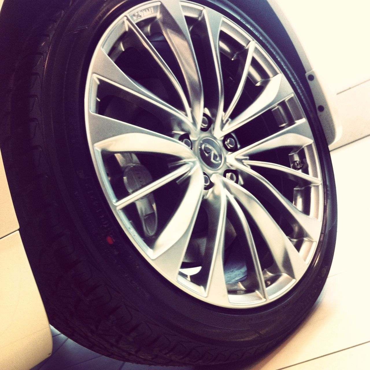 19'' Alloy wheels on the 2013 Infiniti G37 Coupe AWD Sport