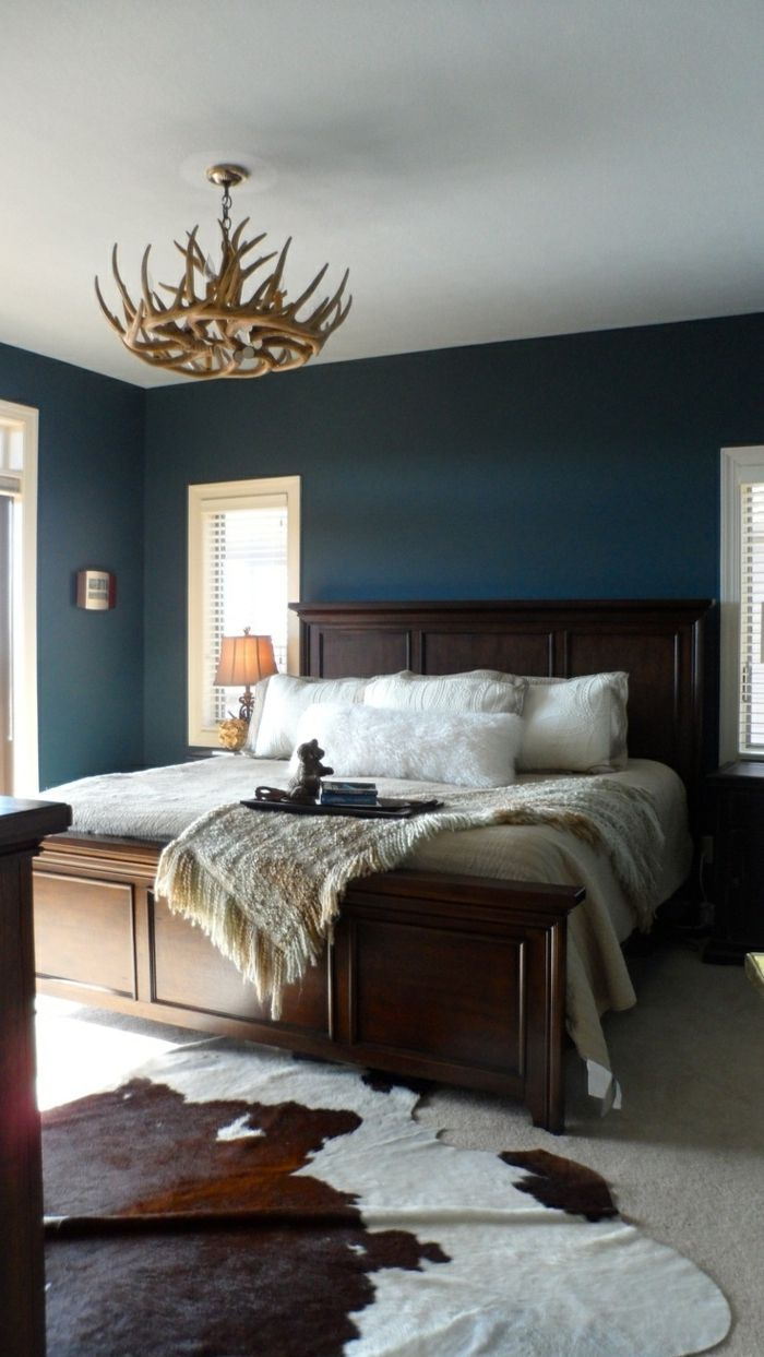 chambre a coucher de style baroque mur en bleu fonc lustre en bois tais en peau de bete. Black Bedroom Furniture Sets. Home Design Ideas