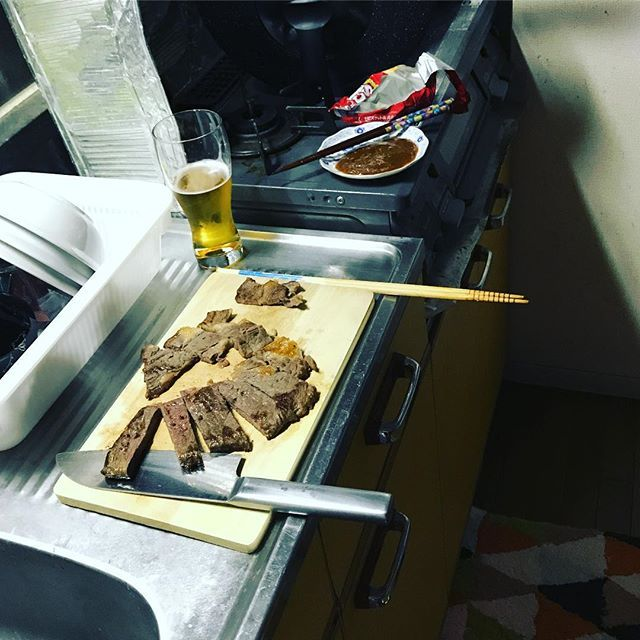 キッチンで焼いてそのまま食うスタイル。 #キッチン #肉 #おつまみ