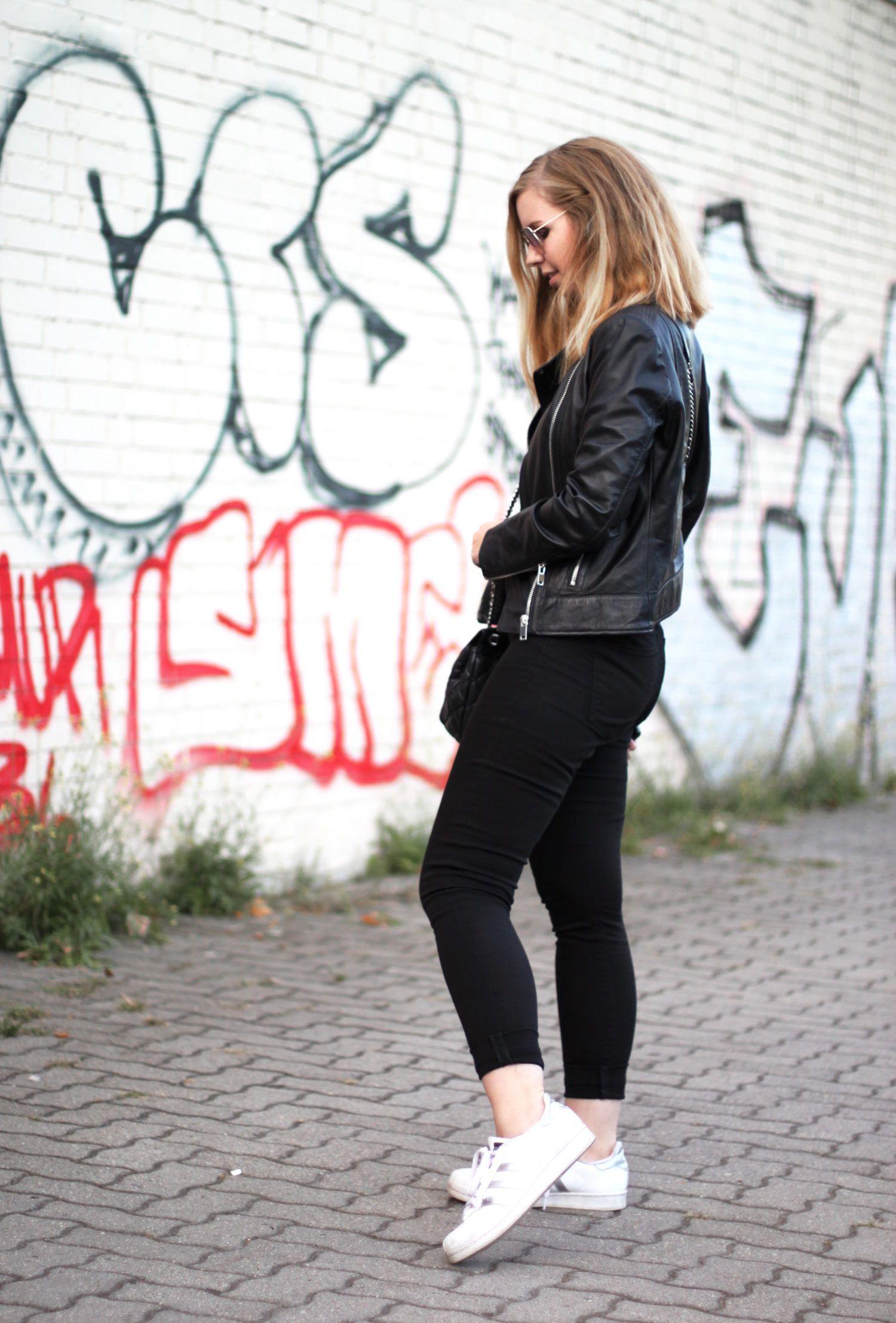 All Black Look: schwarze Lederjacke von Mango, Satin-Top ...