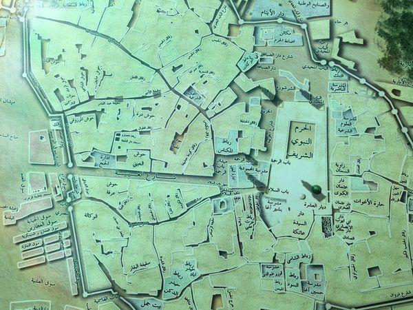 هذه الخريطة الرائعة ويظهر فيها المسجد النبوي تعود في معالمها الى آخر أيام الدولة العثمانية بعد أن أنشأ فخرالدين باشا شارع Vintage World Maps Medina Mosque City