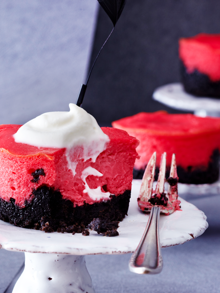 Red Velvet Cheesecake Muffins #redvelvetcheesecake Red Velvet Cheesecake Muffins. Dazu schmeckt geschlagene Sahne #redvelvetcheesecake