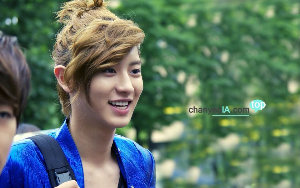 Chanyeol looks so pretty with this hair!