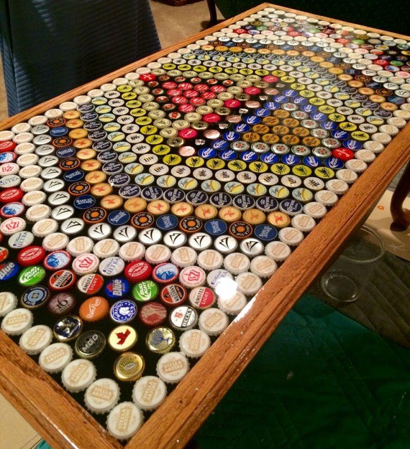Veja uma admirvel mesa feita de tampinhas