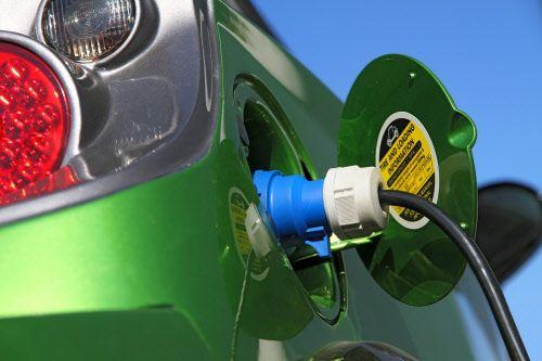 Jetzt lesen: Flächendeckendes Netz - Ladestationen für Elektroautos bald mit einer Karte nutzbar - http://ift.tt/2nrJs7N