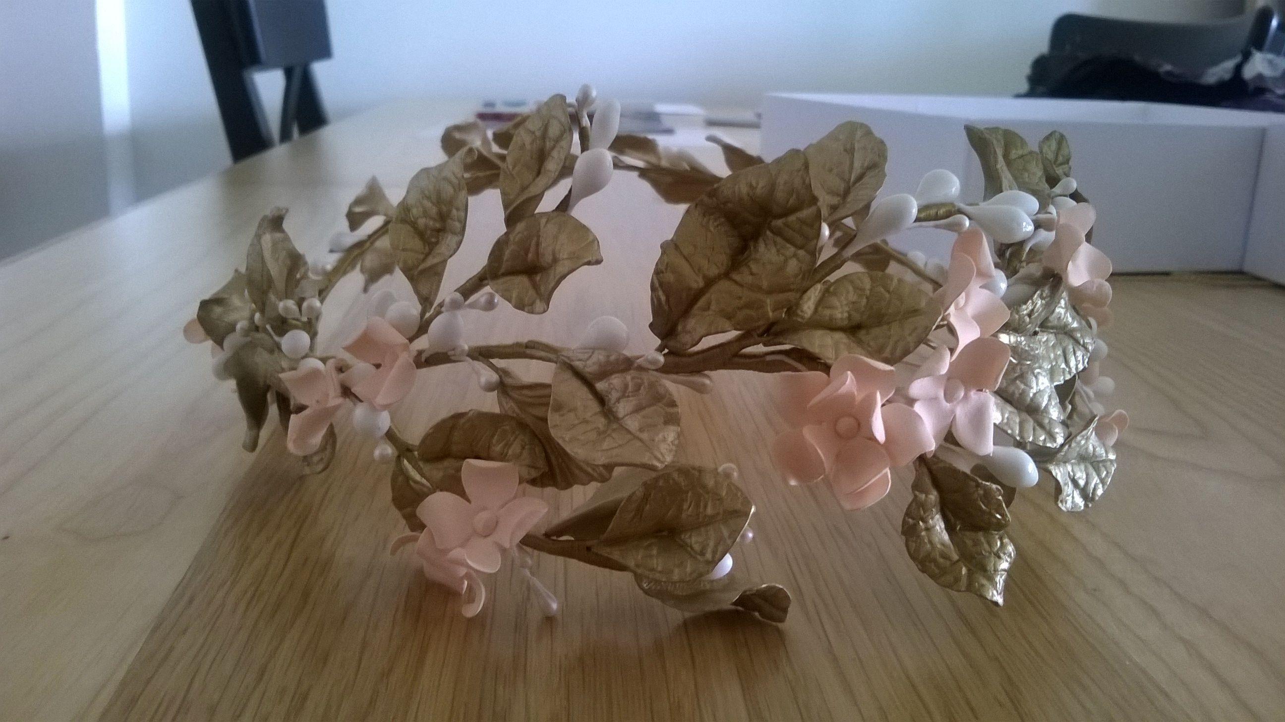 Mi tocado. oro viejo,blanco y rosa palo