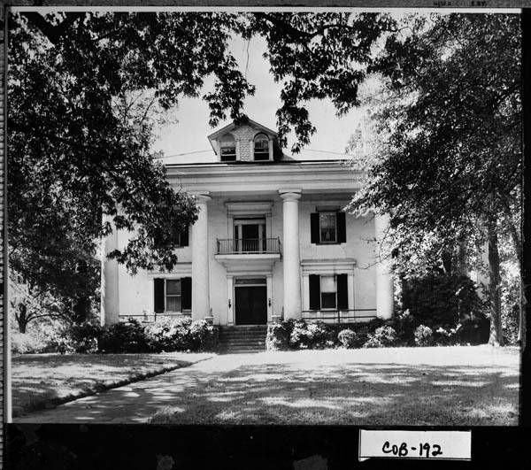 The Archibald Howell House Circa 1943 The Howell House Was Federal Headquarters In Marietta During The End Of The Civil War Civil War House Mansions