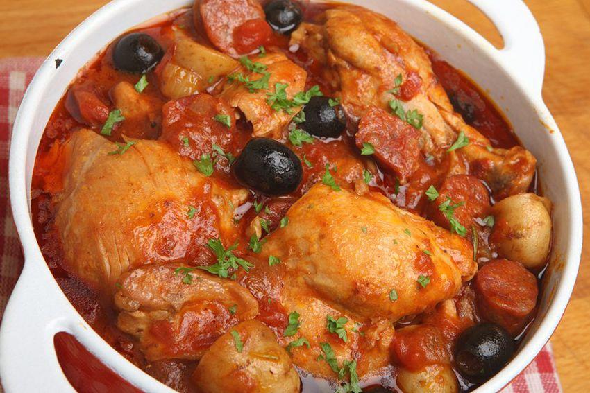 Deliciosa Receta De Pollo Guisado Con Salsa De Tomate Explicada Paso A Paso Para Que Te Salga Un Guiso De Poll Estofado De Pollo Pollo Guisado Receta Estofado