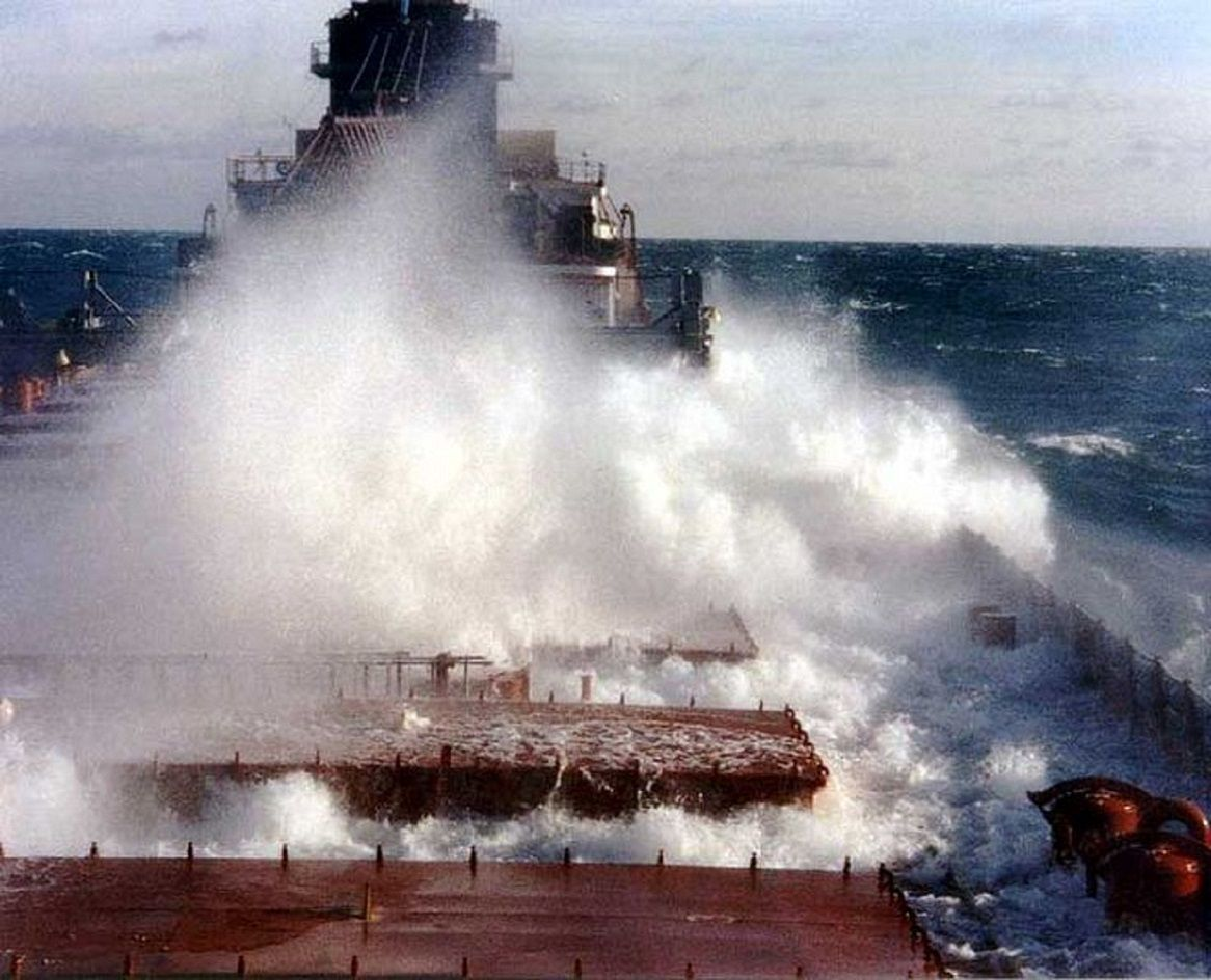 Great Lakes-freighter in rough seas
