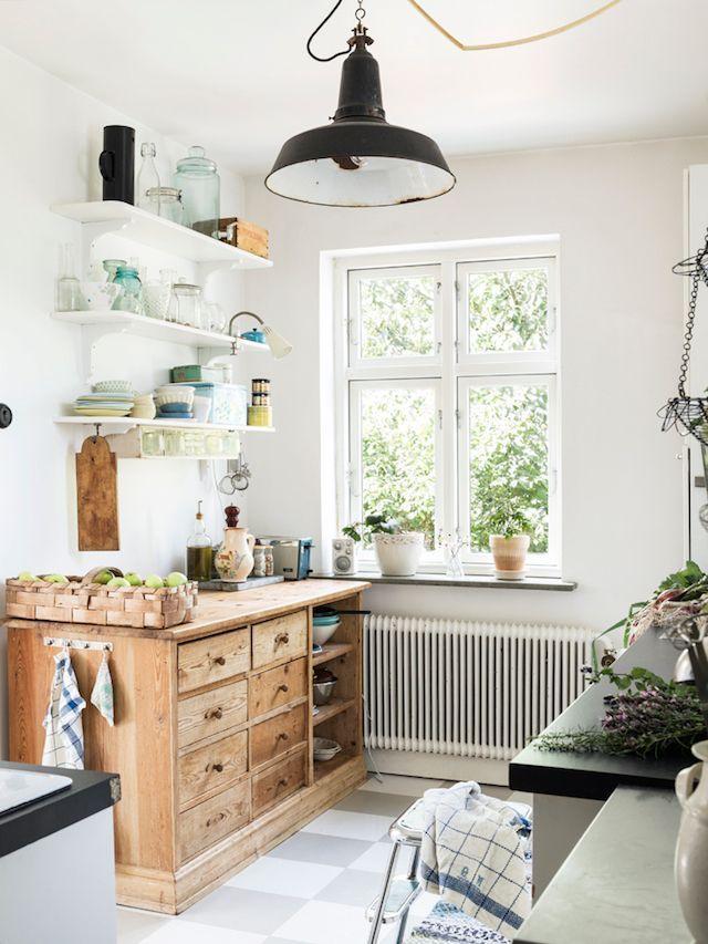 Mueble de madera maciza en la cocina. Estanterías abiertas y lámpara ...
