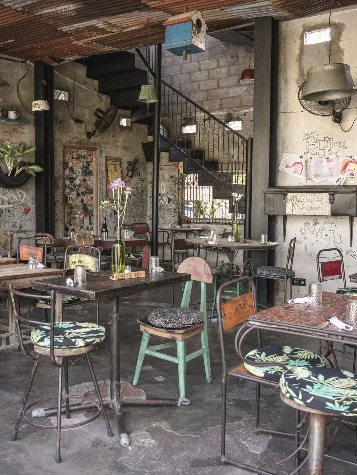 A Guide To The Best Cafes And Restaurants In Canggu Bali Live Like It S The Weekend In 2020 Cafe Interior Vintage Cool Cafe Cafe Interior Design