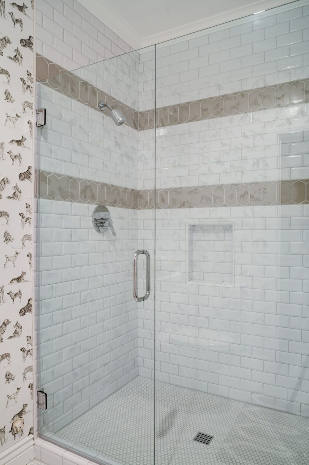 I Like This Design Floor To Ceiling Tile With 2 Accent Strips 1 Shelf Area White Subway Tile Shower Shower Accent Tile Bathtub Tile
