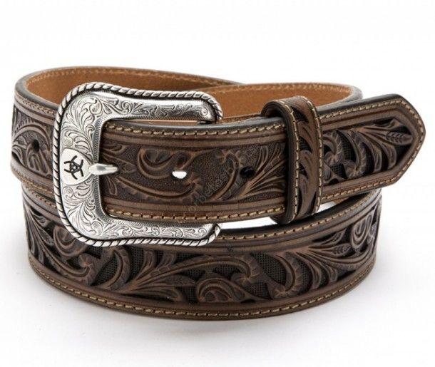 ff55a7925b Compra en nuestra tienda online este cinturón vaquero Ariat hecho en piel  de vaca marrón y contraste de fondo negro para acentuar el relieve.