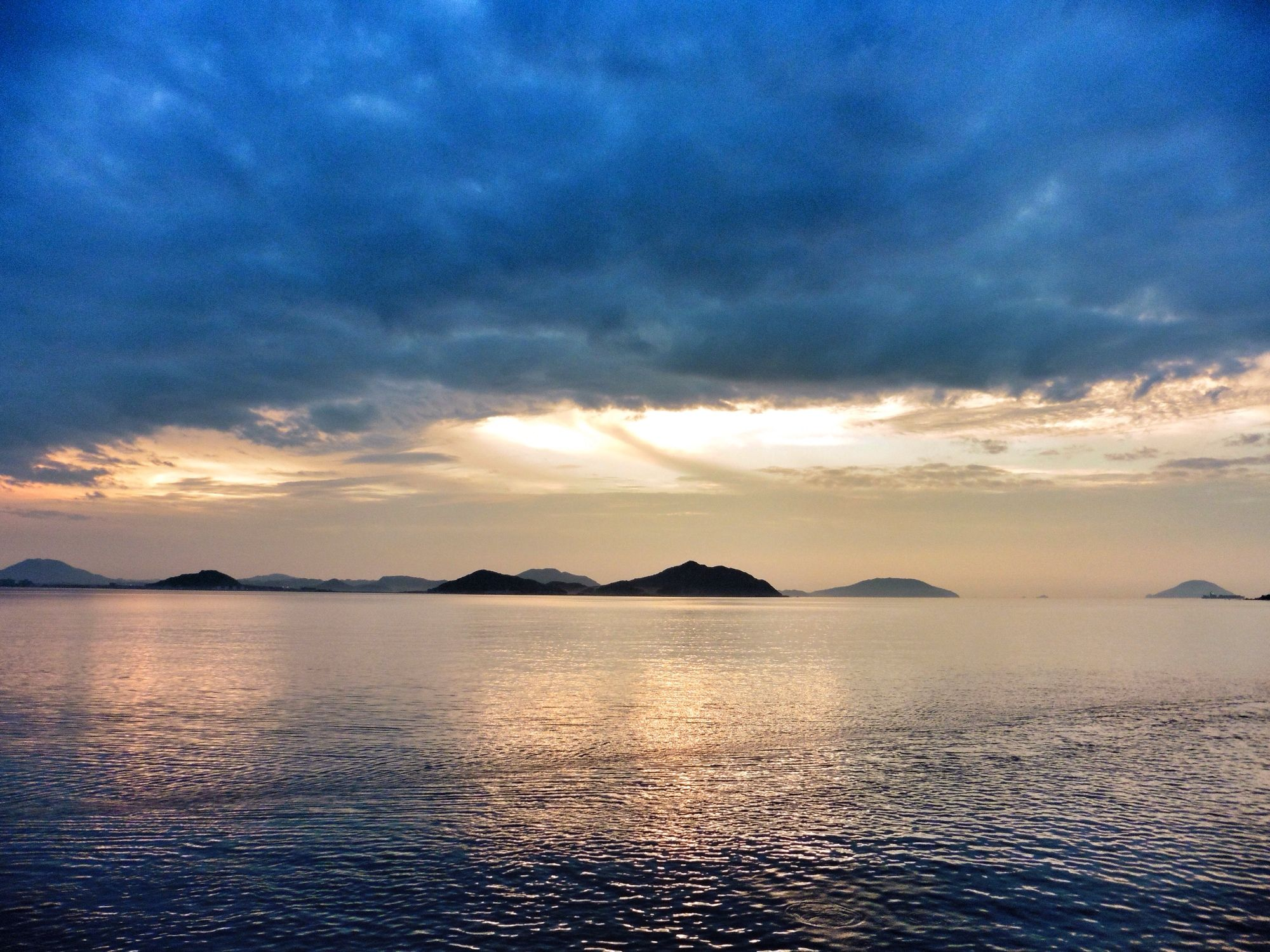 ( Evening Now at Hakata bay in Japan) 16 July 19:33  帯状のうす雲エリアで小焼けが始まった博多湾です。