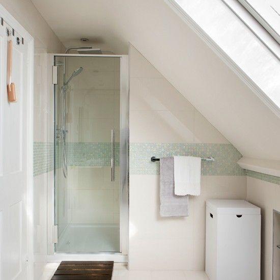 Badezimmer modern dachschräge  Weiß Mosaik Dachgeschoss Bad Wohnideen Badezimmer Living Ideas ...