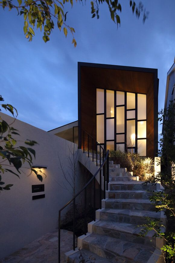 プール 水庭のある家 中庭と吹抜けのあるガレージハウス アーキッシュ