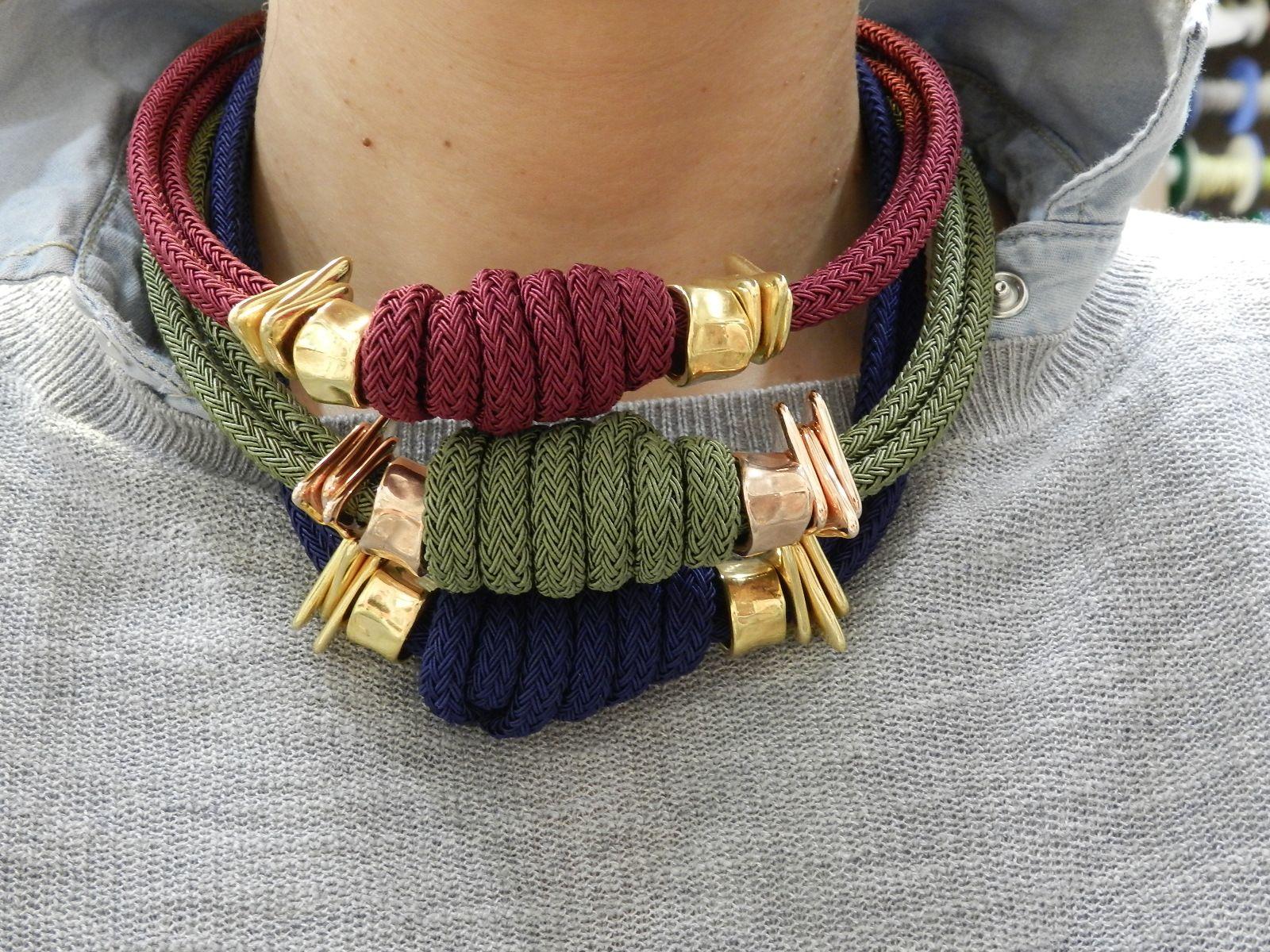 43874fe28adb Collares cortos con cordones y entre piezas doradas y oro rosa ...