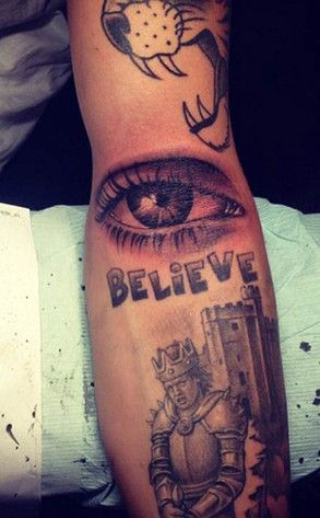 Justin Bieber Gets A Tattoo Of His Mom S Eye See Pic Of The Singer S New Ink Justin Bieber Tattoos Justin Bieber Eye Tattoo Eye Tattoo
