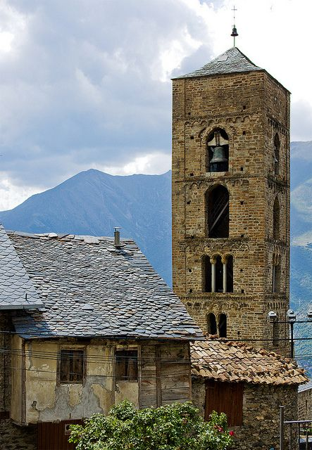 El campanar presidint sobre Durro  Vall de  Boí,  l'Alta Ribagorça,  Lleida  Catalonia
