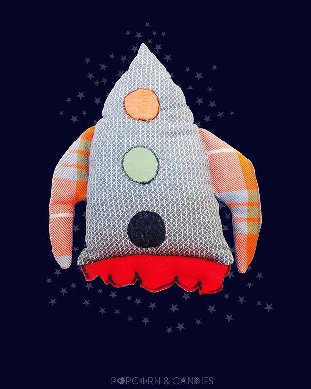 May the force be with you...baby! Scusate, ma non abbiamo resistito all'ondata di comunicazione a tema Star Wars. Per dei bei sogni abbiamo creato un cuscino speciale, fatto per portare i bambini dove mai sono stati: tra le stelle.  #startoy #starsidea #magickidsworld #kidsplanet