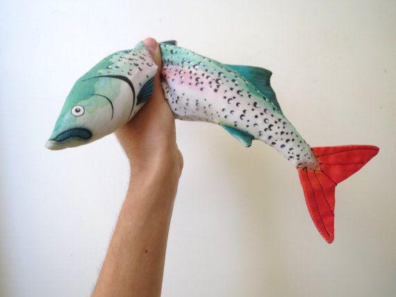 お魚×ラベンダー!? 斬新な発想のアイマスクが話題沸騰中♪お魚をモチーフにしたインパクト大のアイマスクがEtsyで販売され、話題を集めています。その見た目だけでなく、ラベンダーの香りもするというこのアイマスクをして眠れば、まるでお花畑に寝転がっているような気分でリラックスできるんだそうですよ♪