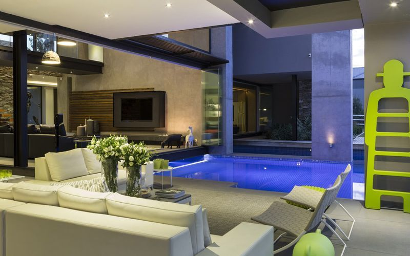 villa de luxe contemporaine avec piscine int rieure johannesbourg id es pour la maison. Black Bedroom Furniture Sets. Home Design Ideas