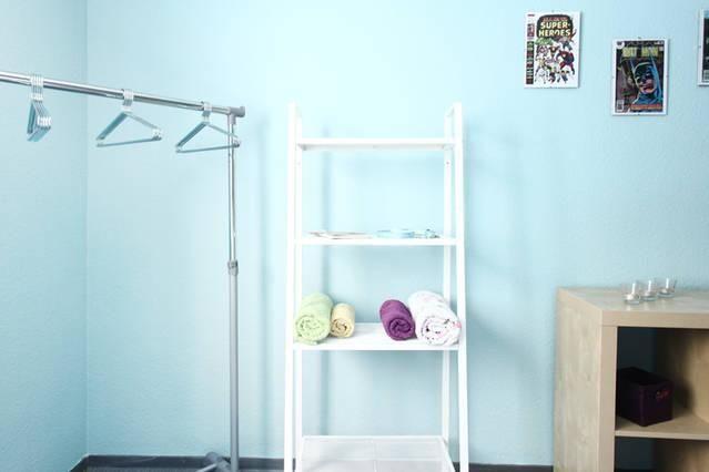 Badezimmer Handtücher ~ Badezimmer mit schönen farbakzenten blaue wand weißes regal und