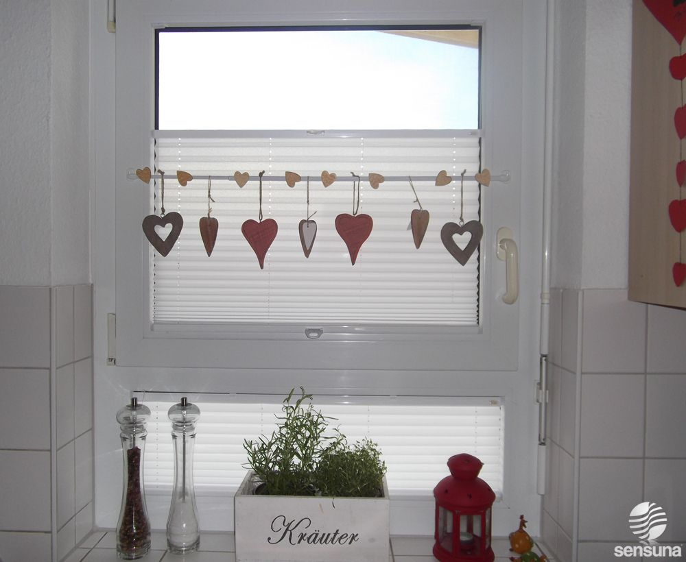 Tolle fensterdeko am k chenfenster und dazu passende for Fenster mit unterlicht