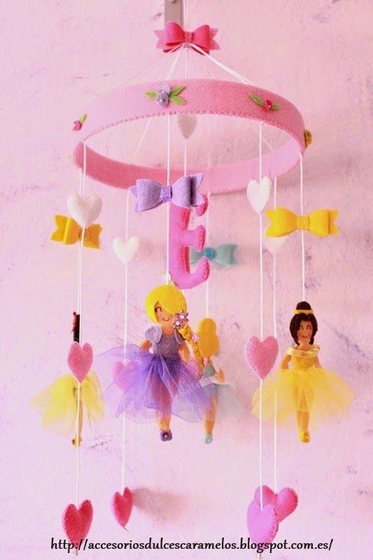 Movil de Bebé con princesas para Elena , crib mobile felt princess, hearts, and ties, Blancanieves Snow white, Rapunzel, Cindirella Cenicienta, Bella Belle http://accesoriosdulcescaramelos.blogspot.com.es/2015/03/movil-de-bebe-con-princesas-para-elena.html