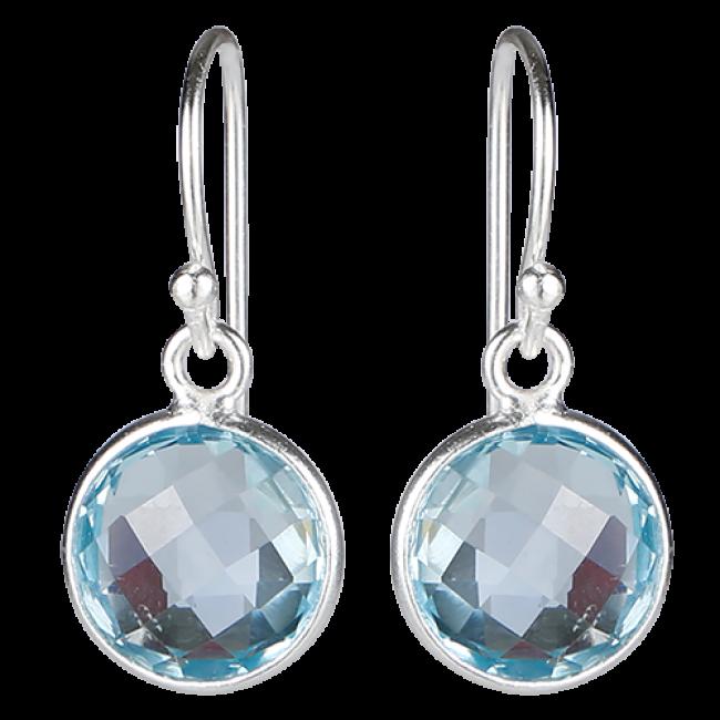 Små runde facetterede øreringe i 925 sterling sølv med blå topas. Disse smukke øreringe passer både til hverdag og fest, og de vil tilføje et eksklusivt og klassisk look til ethvert outfit. Pris: 2.699 DKK
