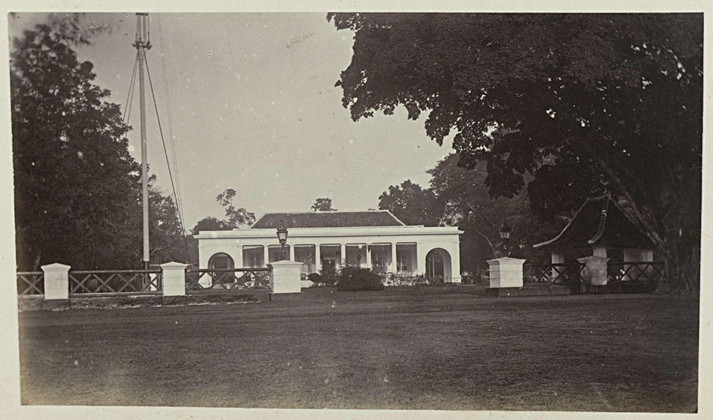 Woodbury & Page   Woonhuis, Woodbury & Page, 1863 - 1869   Een woonhuis gezien vanaf de weg. Onderdeel van het groene fotoalbum met foto's van Java, uit het bezit van apotheker Specht-Grijp, die in 1865 vanuit Batavia naar Nederland terugkeerde.