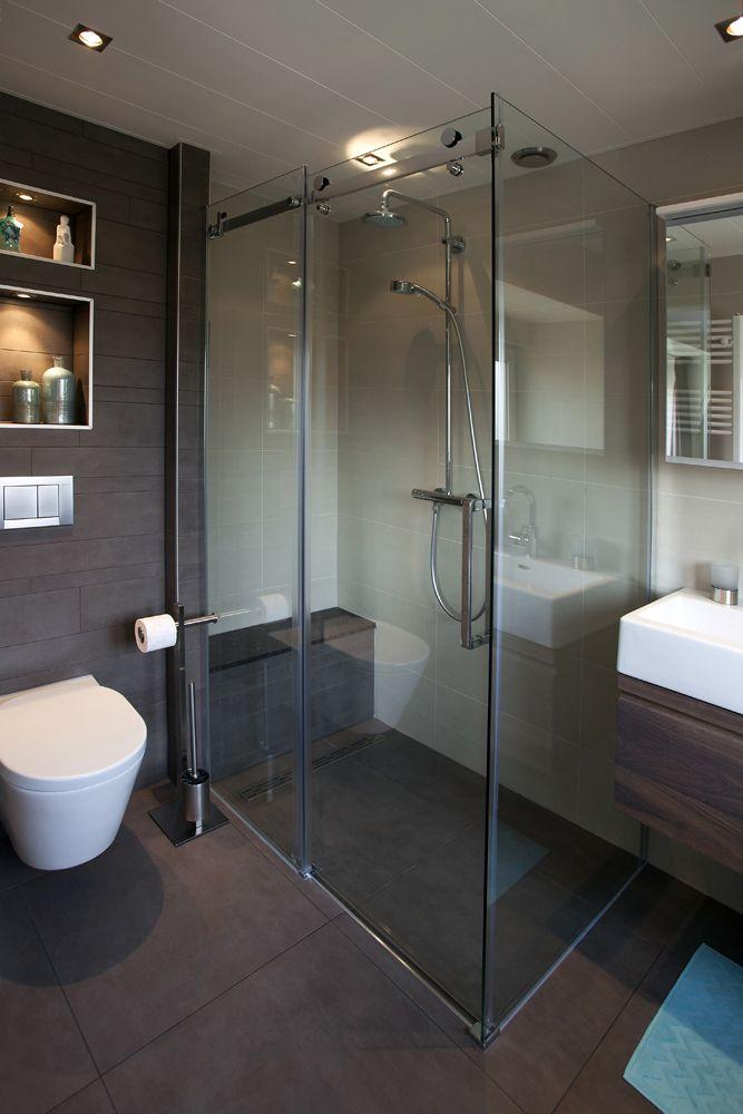 Warme en strakke badkamer met badkamermeubels van custom made de jong gerealiseerde badkamers - Warme badkamer ...