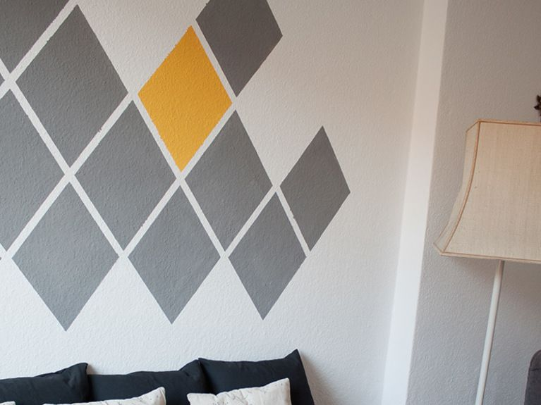 Diy Tutorial Paint An Accent Wall In Diamond Geometric Design Via Dawanda Com Mobilier De Salon Decoration