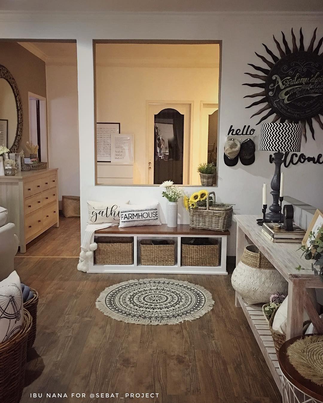 Desain Interior Rumah Terkesan Klasik Tradisional Dengan Meja Console Ala Farmhouse Inspirasi Desain Rum Desain Interior Desain Interior Rumah Interior Rumah