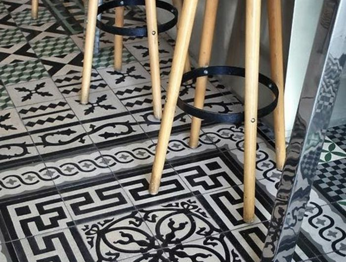 quel carrelage choisir pour le sol dans la cuisine chaises de bar en bois clair et carrelage. Black Bedroom Furniture Sets. Home Design Ideas