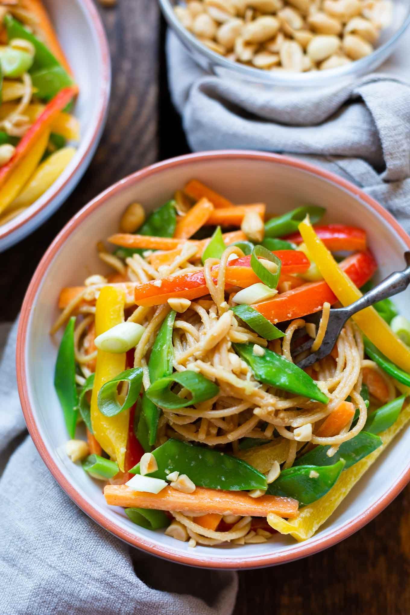 Asiatischer Nudelsalat mit Erdnusssauce Asiatischer Nudelsalat mit Erdnusssauce. Dieses schnelle Rezept ist super einfach und SO gut. Perfekt für Picknick und Grillen! -