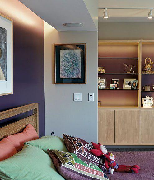 Muy funcional, con muchos muebles suspendidos, otros rebatibles y con puertas deslizables, esta casa de 200 m2 está construida en Kansas (EEUU) dentro de un viejo edificio y es un proyecto del Estu…