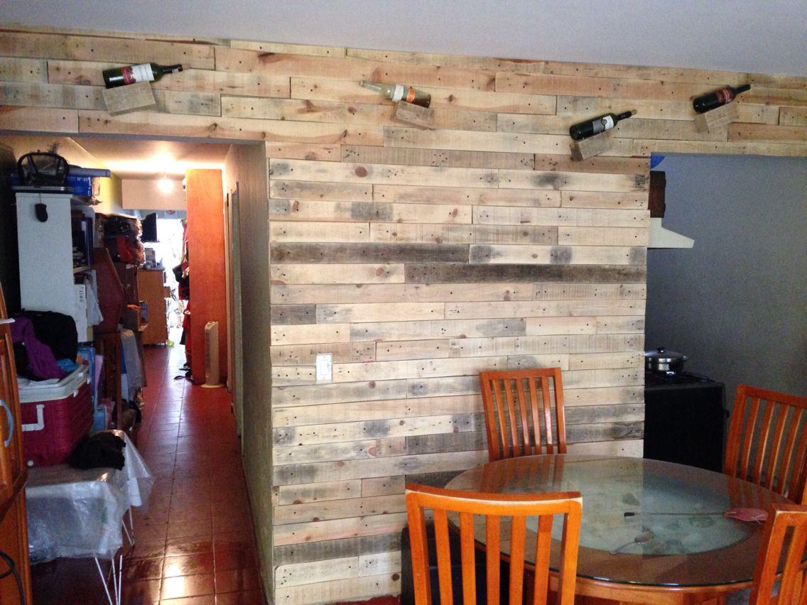 Pared con palets recicladas y porta l mparas pared de - Lamparas con palets ...