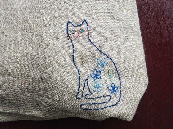 ベージュのリネン生地に、猫の刺繍を入れました。小さめで、お財布と小物だけ入れてお出かけするのにぴったりです。内側は、ブルーの花柄生地を使っています。薄手の生地...|ハンドメイド、手作り、手仕事品の通販・販売・購入ならCreema。