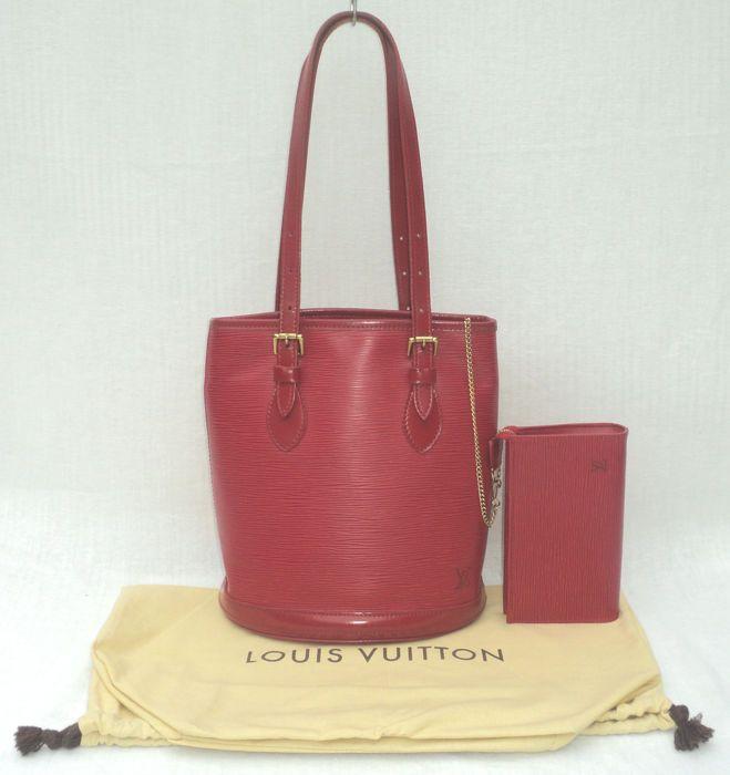 Louis Vuitton - Castiliaanse rode Epi lederen PM Bucket Bag EUR 83.00 Meer  informatie 5aaffeff1096a
