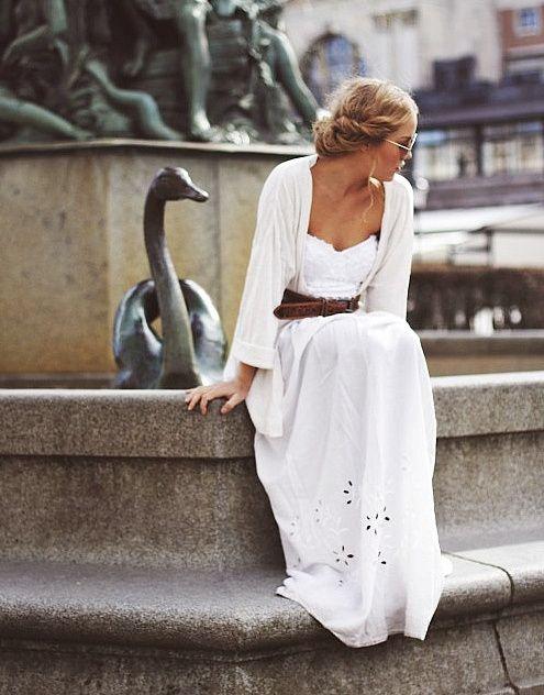 90d9e1b0c606 Longue robe blanche romantique + large ceinture marron   le bon mix ! -  Tendances de mode