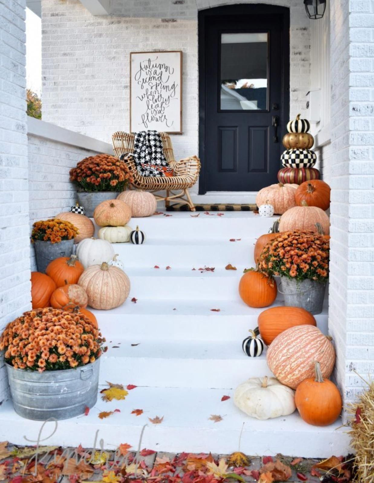 Use these beautiful fall decor ideas to decorate your porch! These cheap and easy ideas will give you some inspiration for how to decorate your porch with wreaths, pumpkins, corn stalks, hay bales, and more!