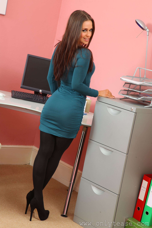 секретарша в зеленом ноги перед