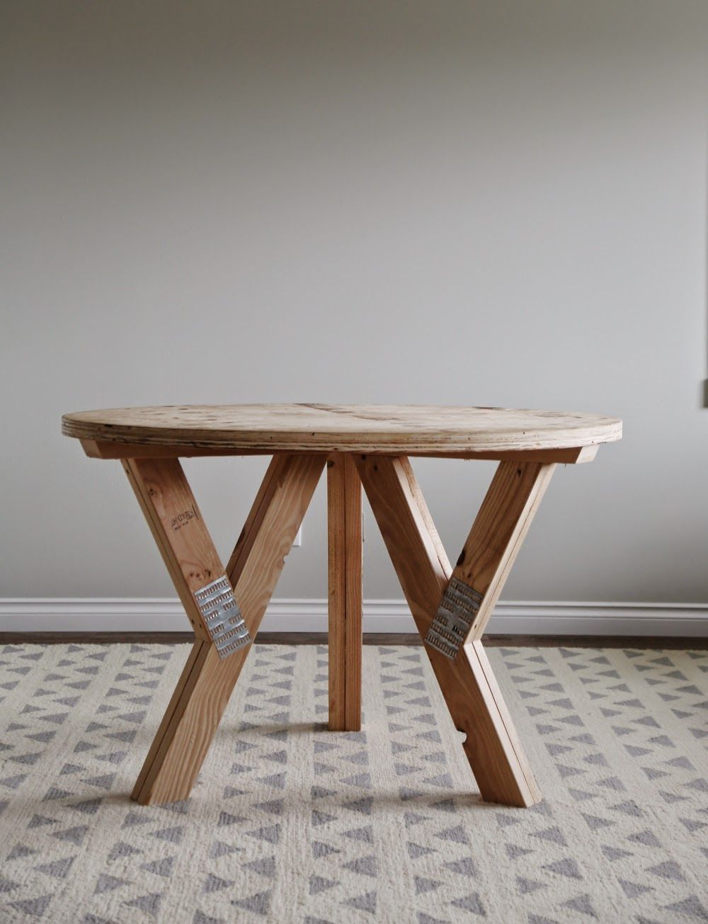 How to build a table base for a round table - Build A Y Truss Round Table Make It Bigger To Seat 6 And Use Nicer Wood But Good Base