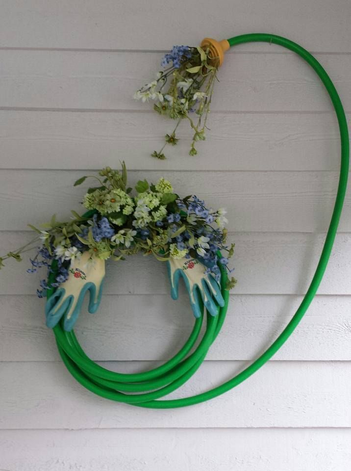 Turn an old garden hose into a work of art Fun! Maybe something for - jardines navideos