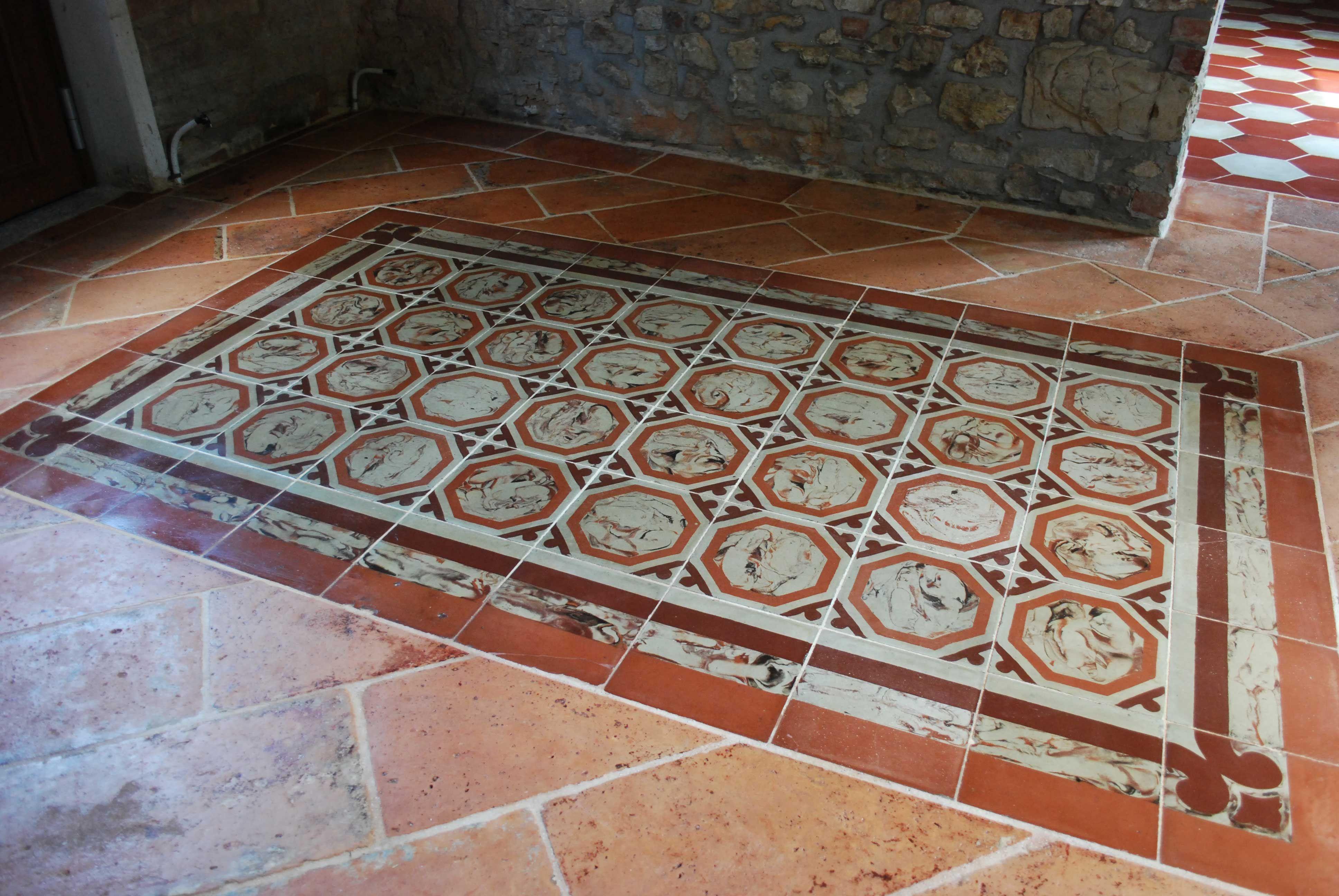 Tappeto in cementine antiche marmorizzate su pavimento in cotto