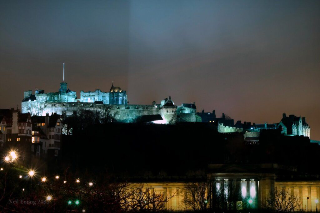 Great shot of the #castle lit up at night RT @njyphotog: Edinburgh Castle pic.twitter.com/OOAyqaFlnq