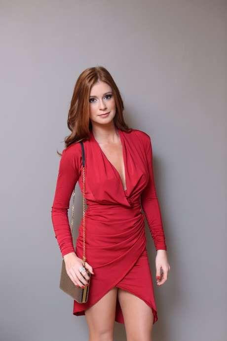Como tem poucos seios, a atriz de Império segura o decotão do vestido drapeado Foto: Luiza Ferraz / Divulgação