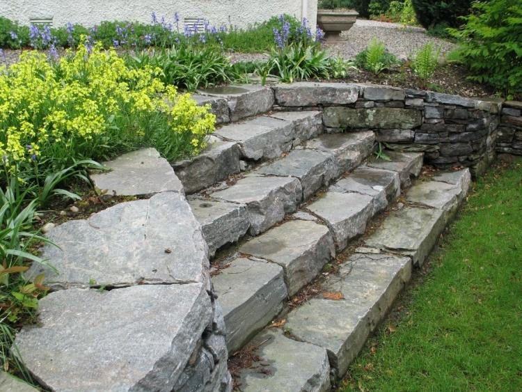Escalier en pierre et marches dans le jardin d co et for Escalier exterieur pierre