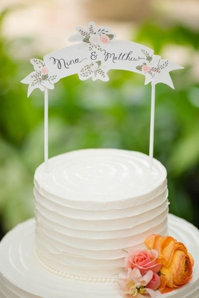 Cute cake topper to match the stationery.   Photography: Stephanie Dee Photography - www.stephaniedeeblog.com
